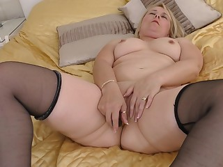 Fat blonde dilettante Michelle in stockings wise her cunt